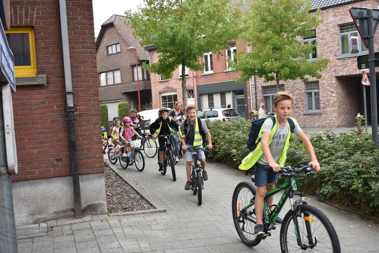Archiefbeeld: kinderen met de fiets op weg naar basisschool De Wegwijzer in Rijkevorsel