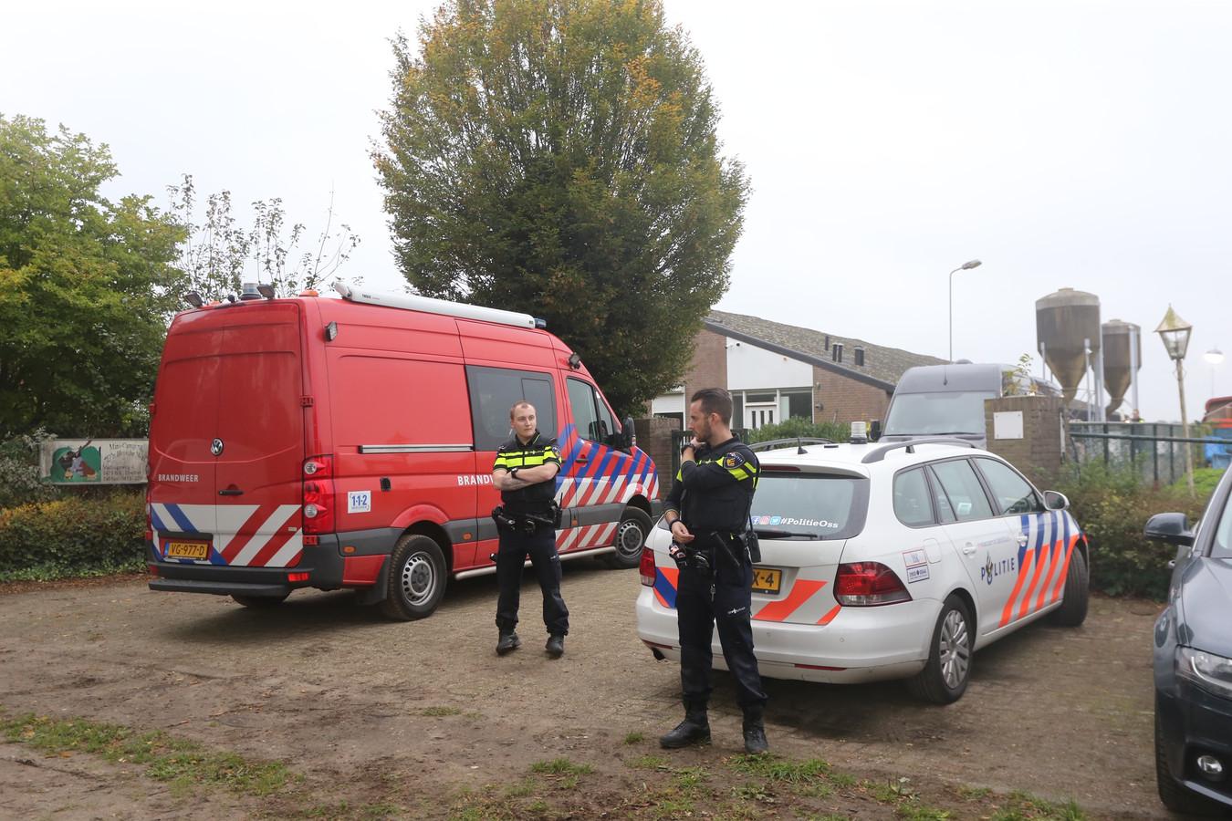 Politieagenten bewaken de schuur in het buitengebied van Heeswijk-Dinther, waar woensdag een cocaïnewasserij werd gevonden.