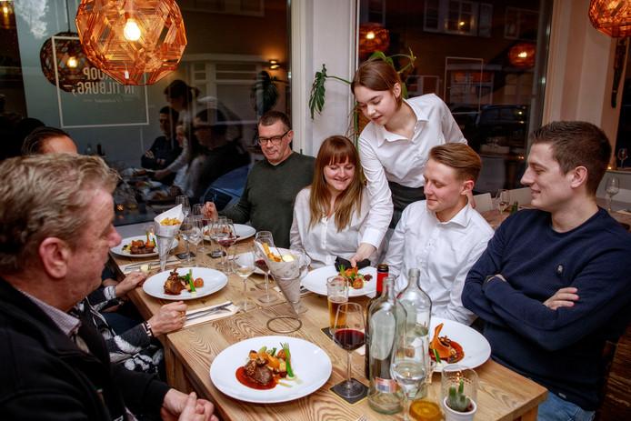 Het hoofdgerecht wordt geserveerd in restaurant Te Koop.