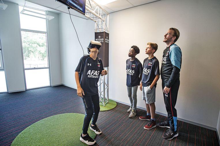 Jeugdspelers krijgen via een virtualrealitybril wedstrijdmomenten voorgeschoteld. Beeld Guus Dubbelman/de Volkskrant