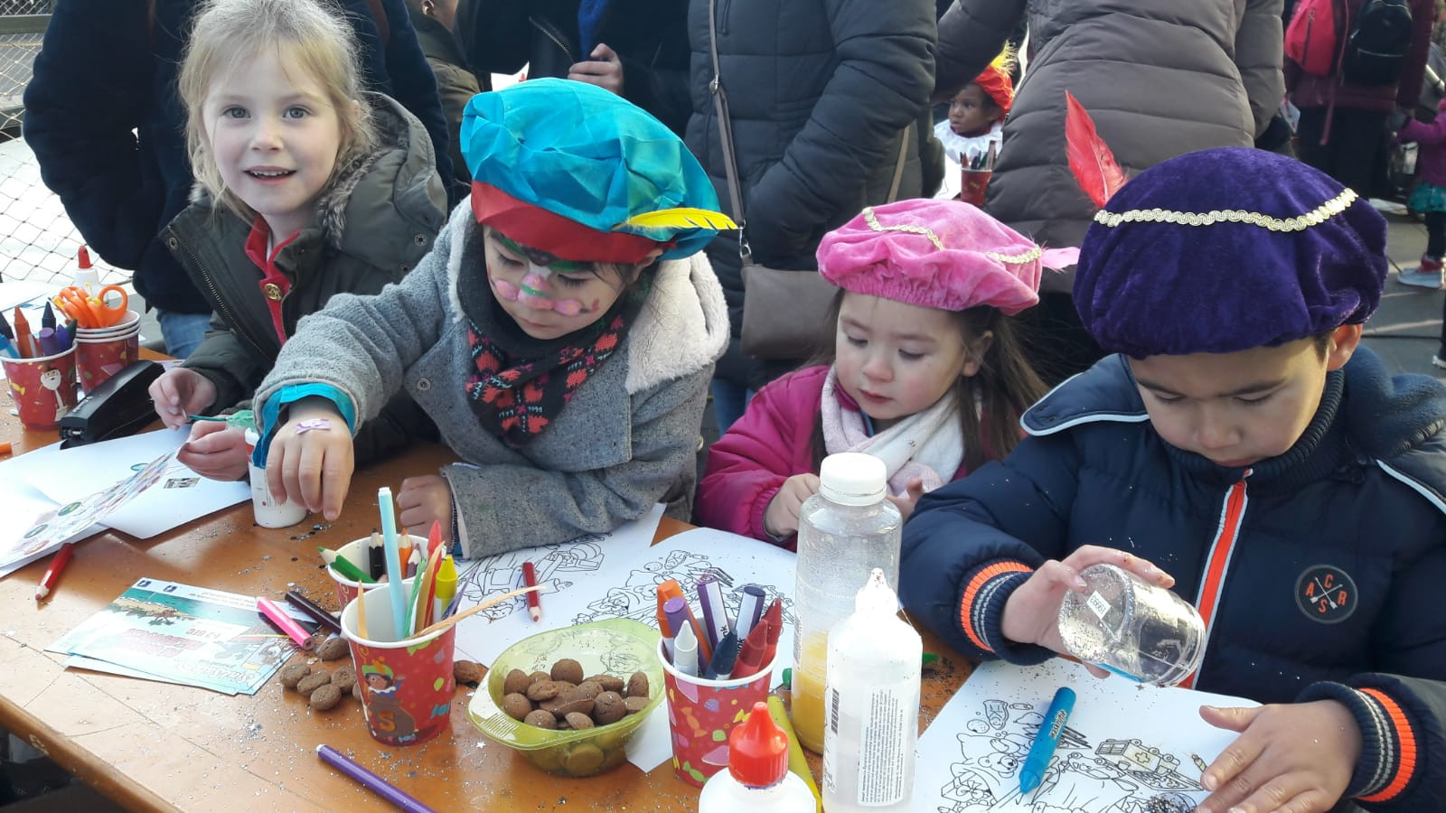 Kinderen tijdens het intochtsfeest van Sinterklaas op het 18 Septemberplein Eindhoven in 2018.