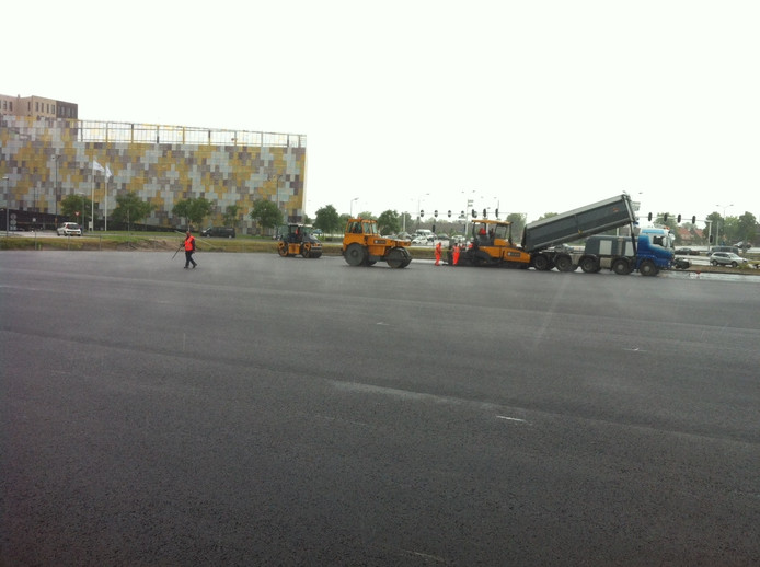 De verse plak asfalt moet straks ruimte bieden aan tientallen auto's