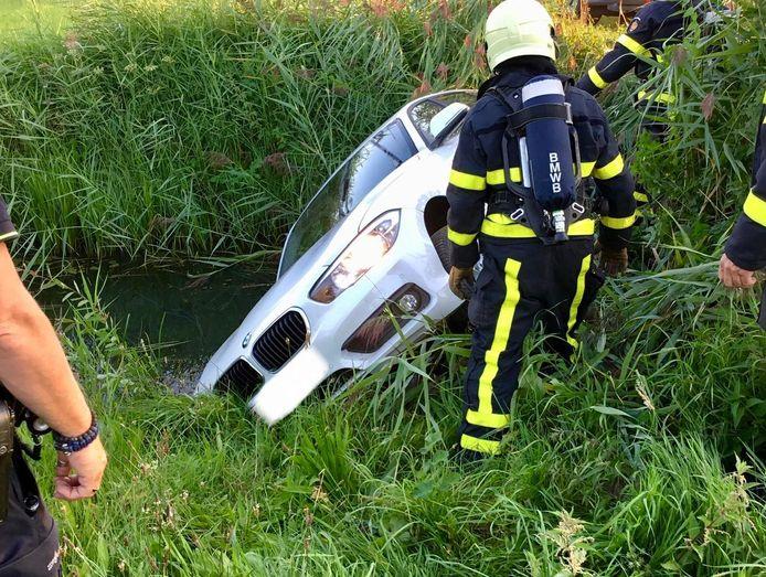 Auto te water in Rijen