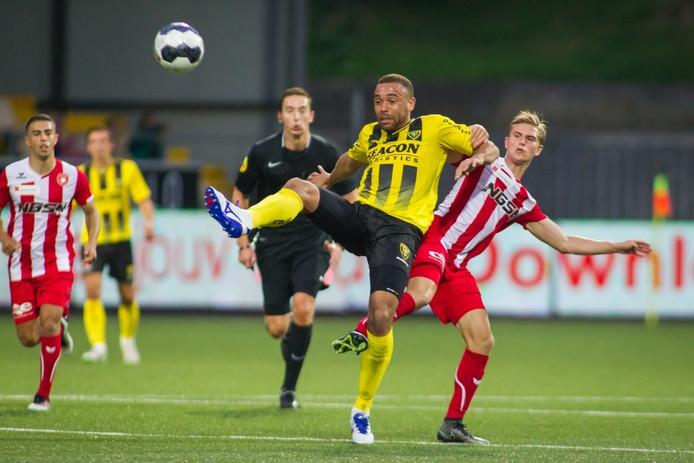 Dennis Janssen (FC Oss, rechts) in duel met voormalig ploeggenoot Johnatan Opoku (VVV-Venlo).