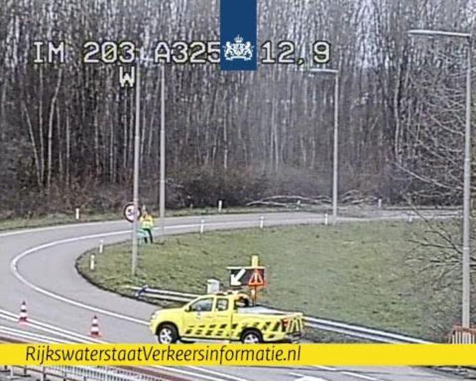 Een boom is op de verbindingsweg van de A15 naar de A325 gevallen.