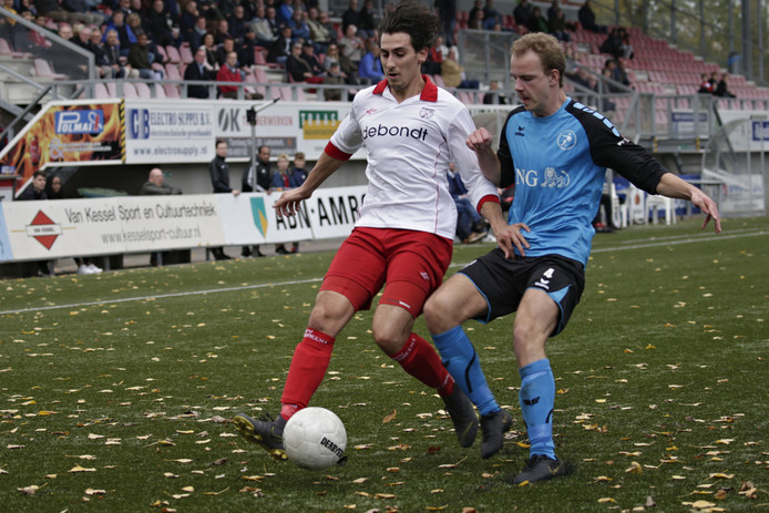 Jop Dekker (rechts), hier in actie tegen Barendrecht, mist het duel met Dovo door een schorsing.