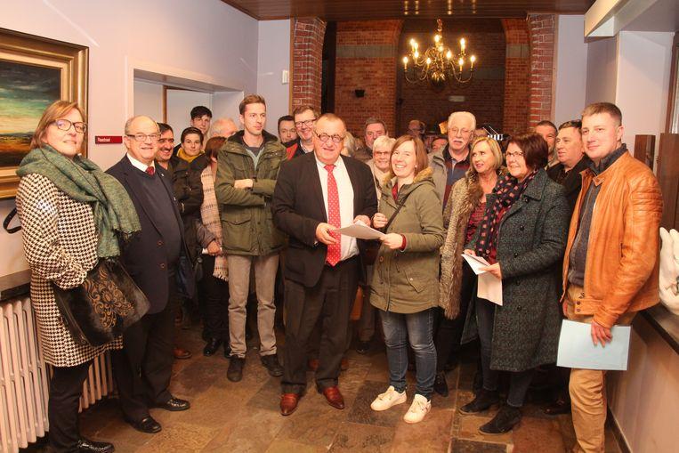Een delegatie van omwonenden en GAROL overhandigde donderdagavond de bezwaren aan burgemeester Uyttendaele.