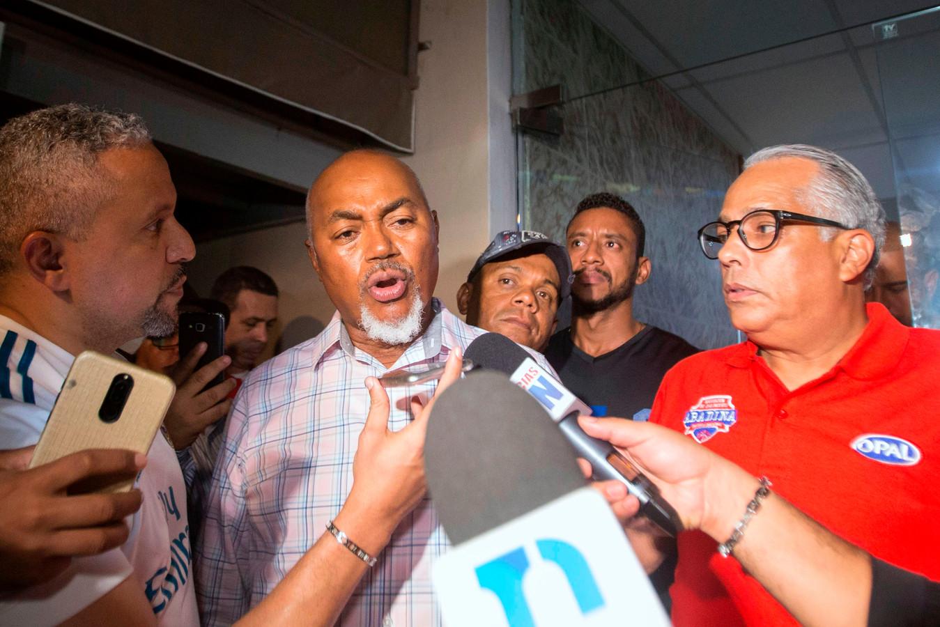 Leo Ortiz, vader van David Ortiz, spreekt de pers toe.
