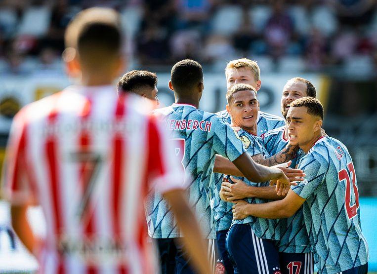 Ploeggenoten feliciteren Antony met zijn eerste competitiedoelpunt voor Ajax. Beeld Jiri Büller / de Volkskrant