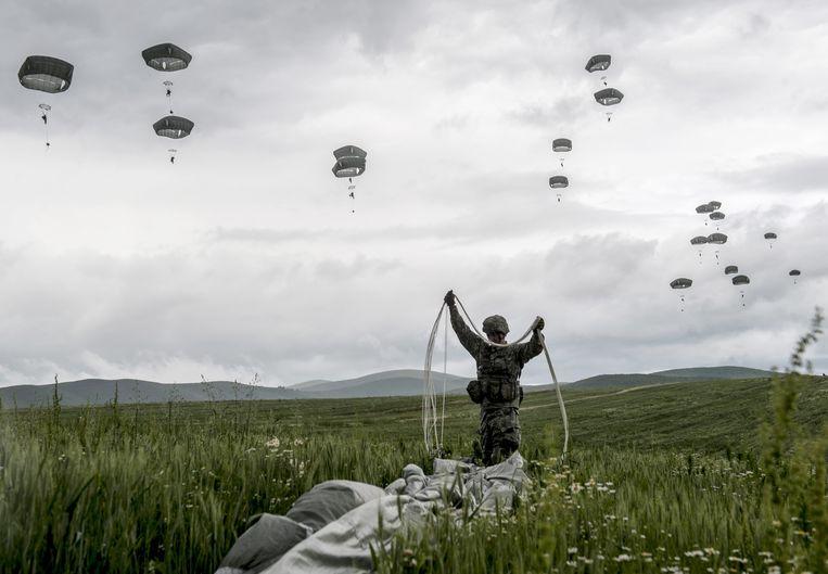 Amerikaanse troepen tijdens een militaire oefening nabij het Kosovaarse dorp Ramjan. Beeld AFP