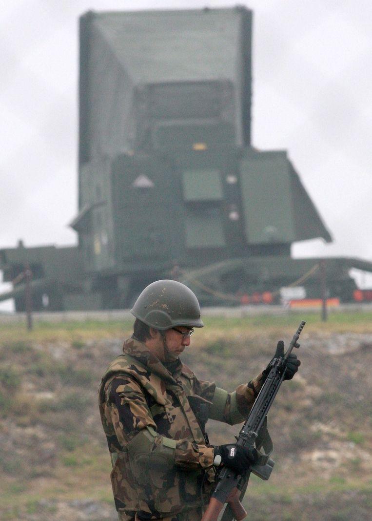 Een soldaat bij het Japanse luchtverdedigingssysteem. Beeld ANP