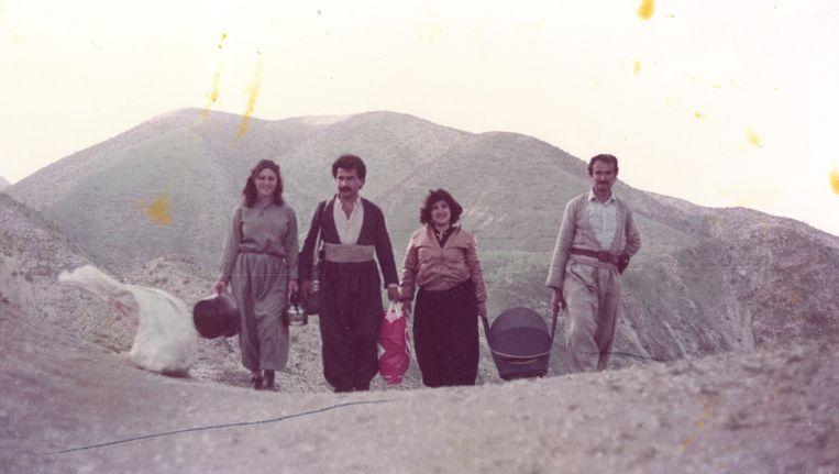 Beri Shalmashi in de wieg, met haar ouders en hun vrienden, begin jaren tachtig. Beeld