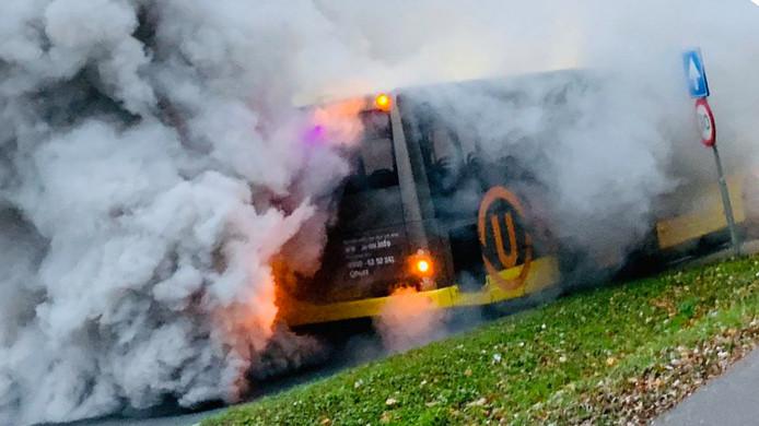 Veel rook uit bus van U-OV op de Biltsestraatweg.