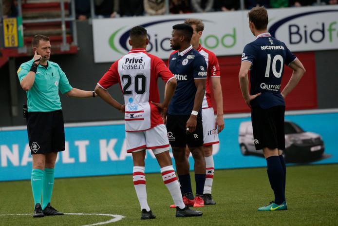 Scheidsrechter Lindhout overlegd met de videoref tijdens de wedstrijd  FC Emmen - Sparta