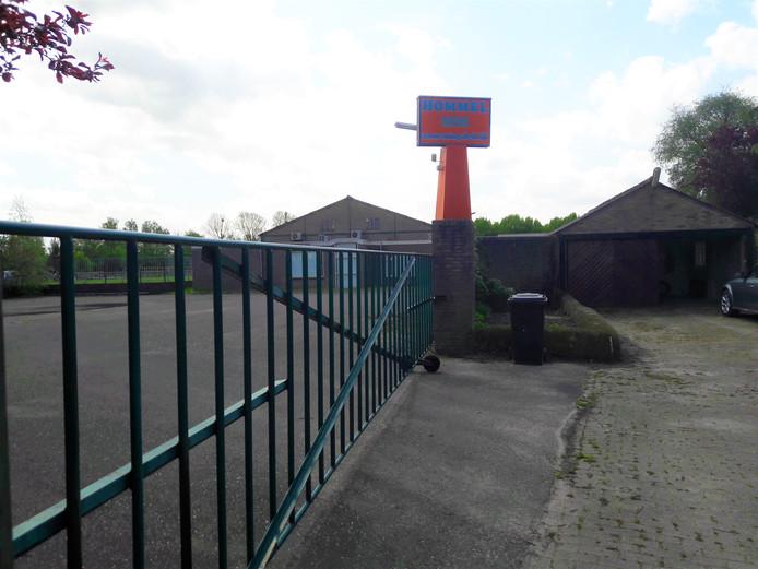 De voormalige panden van Hommel/Dura Vermeer in Oud-Vossemeer gaan tegen de vlakte om plaats te maken voor woningen.