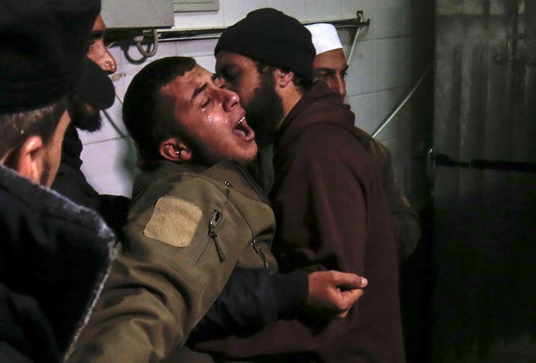 Een familielid van de 24-jarige Mohammed al-Nabaheen, die door Israëlische tanks dodelijk geraakt werd, huilt bij het vernemen van de dood van de jonge man.