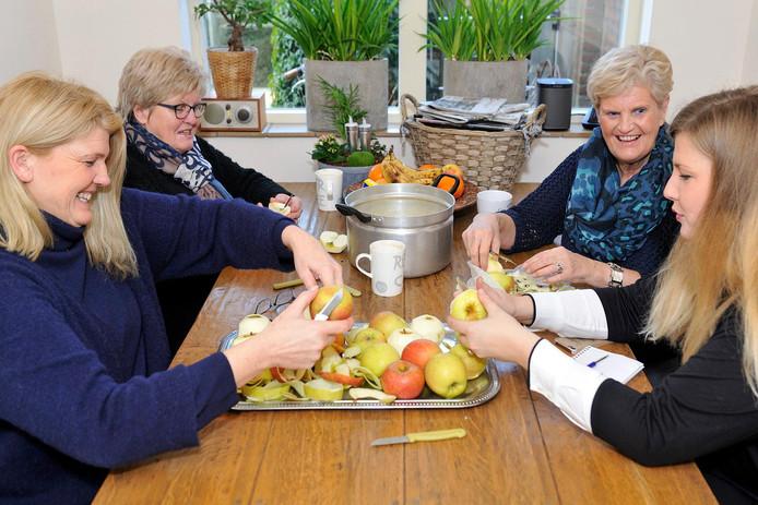 Appels schillen doe je samen met je moeder, oma en oudtante.
