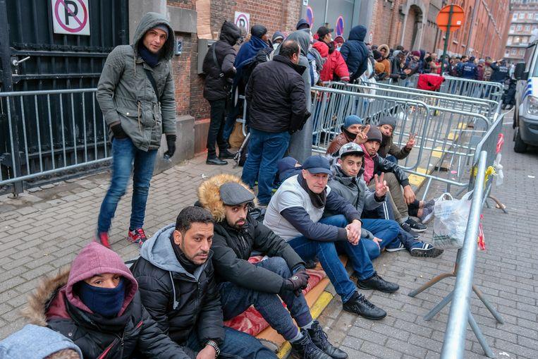 Vluchtelingen wachten op hun beurt aan het Klein Kasteeltje.