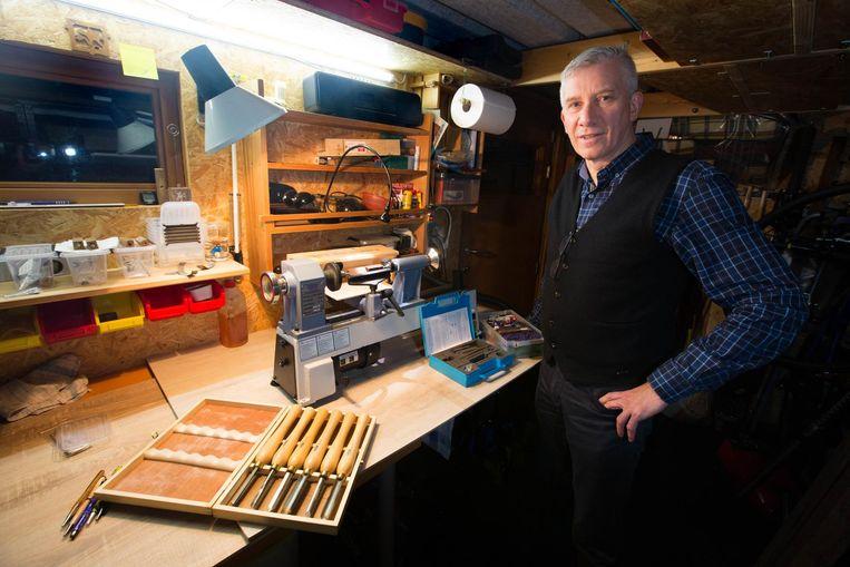 """De korpschef maakt balpennen in hout en acrylaat dat hij zelf aankoopt. """"Handgemaakte pennen kosten al snel veel geld, maar de mijne maak ik al voor amper 12 euro."""""""