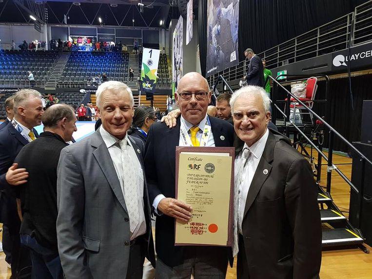 Frank Vanberghen ontving zijn certificaat in Australië uit handen van de ITF-voorzitter Pablo Trajtenberg en vice-voorzitter Paul Weiler.