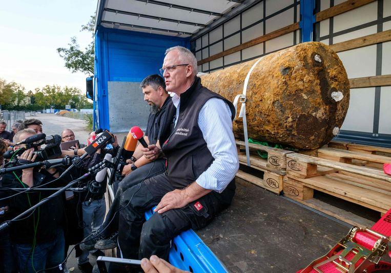 De herinnering aan de Tweede Wereldoorlog blijft levend, ook door de vondsten van oude vliegtuigbommen zoals deze Britse bom die afgelopen weekend in Frankfurt onschadelijk werd gemaakt.  Beeld AFP