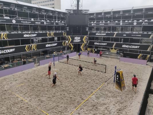 De beachvolleybalteams van Letland en Chili trainden dinsdagmiddag in het stadion op het Jaarbeursplein.