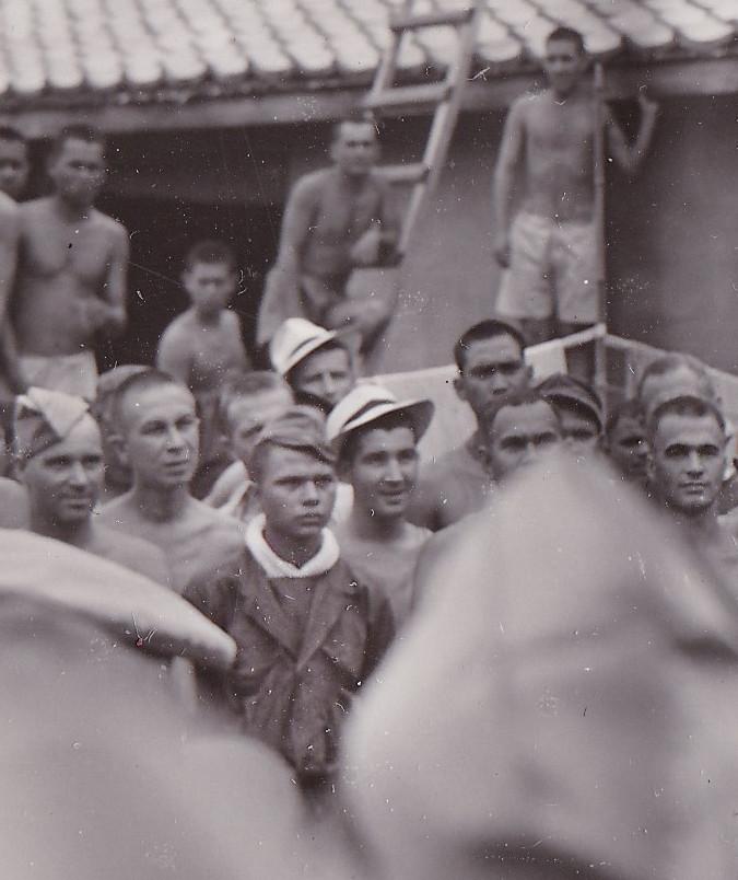 Henk Kleijn (midden) luistert mee.