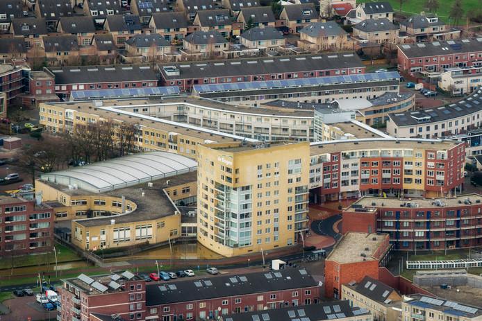 Multifunctioneel centrum De Bogen, met links het dak dat aan vervanging toe is.