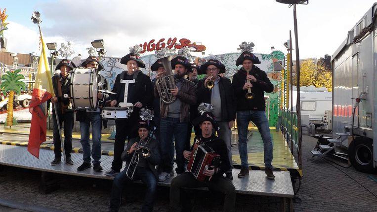 Fanfare Bloemekee, met Dave Jacobs rechtsonder met de accordeon.
