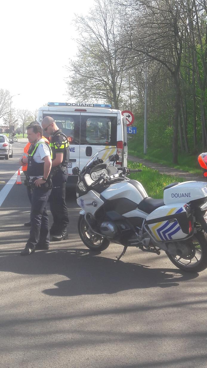 Aan de controle werken zowel Nederlandse als Belgische politieagenten mee.