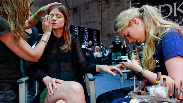 Een model in de make-up voor de show van Marga Weimans tijdens de Fashion Week in juli 2012. Beeld ANP