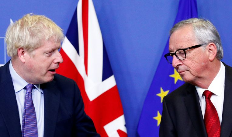De Britse premier Boris Johnson en de voorzitter van de Europese Commissie, Jean-Claude Juncker, tijdens een persconferentie na overeenstemming over de brexitdeal. Beeld REUTERS