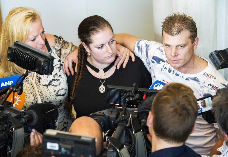 Stiefmoeder Jolanda van der Weijden (links) en halfbroer Tommy van der Hurk (rechts) na de uitspraak in het hoger beroep tegen Jos de G., in 2018. Beeld ANP