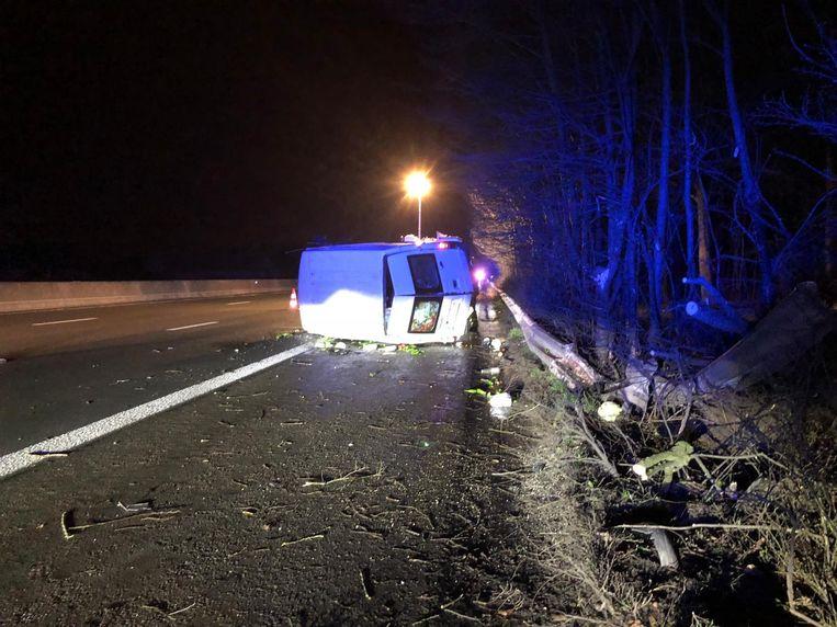 De bestelwagen was na het ongeval rijp voor de schroothoop.