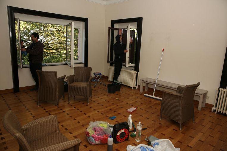 In het huis worden de eerste klusjes opgeknapt.
