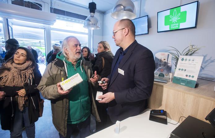 Opening Cannatheek Enschede met Wietgoeroe Wernard Bruining en eigenaar Remo Nijenhuis