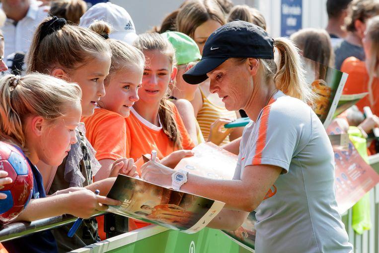 Bondscoach Sarina Wiegman deelt handtekeningen op de eerste trainingsdag na het WK.  Beeld BSR Agency