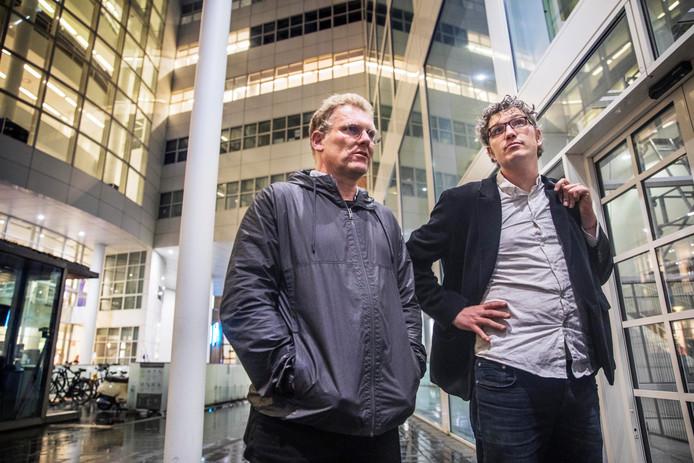 Joris Wijsmuller (L) en Arjan Kapteijns komen aan bij het stadhuis.