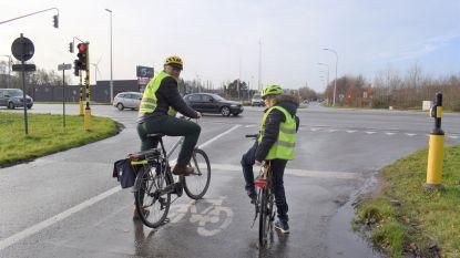 """Papa van Tias (11) wil klacht indienen tegen AWV omdat ze timer van verkeerslichten na twee maand nog steeds niet aangepast hebben: """"Vier seconden om over te steken is echt te weinig"""""""
