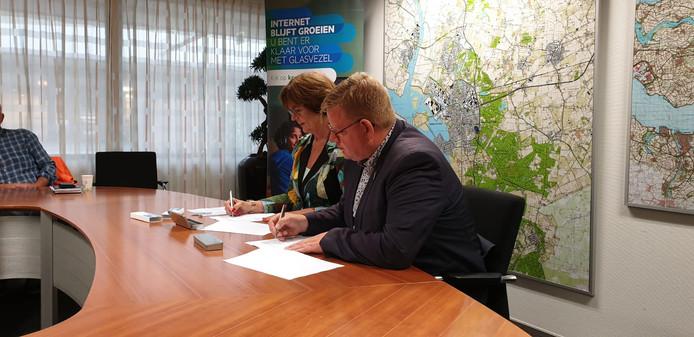 Wethouder Patrick van der Velden zette vanochtend zijn handtekening onder een overeenkomst met KPN