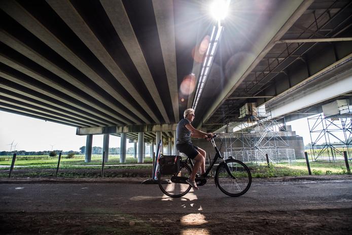 Steigers onder de A12-brug voor onderzoek.