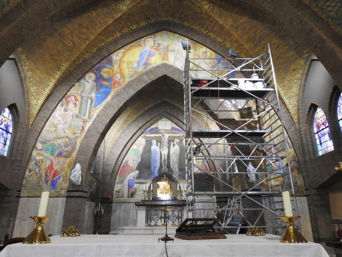 De schilderingen in de Beltrumse kerk worden momenteel gerestaureerd.