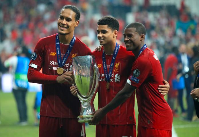 Virgil van Dijk en Georginio Wijnaldum, met talent Ki-Jana Hoever in het midden, na de winst van de UEFA Super Cup.