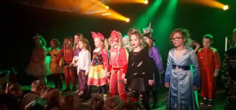 Stampende voeten en gehos tijdens kindercarnaval in Haarle