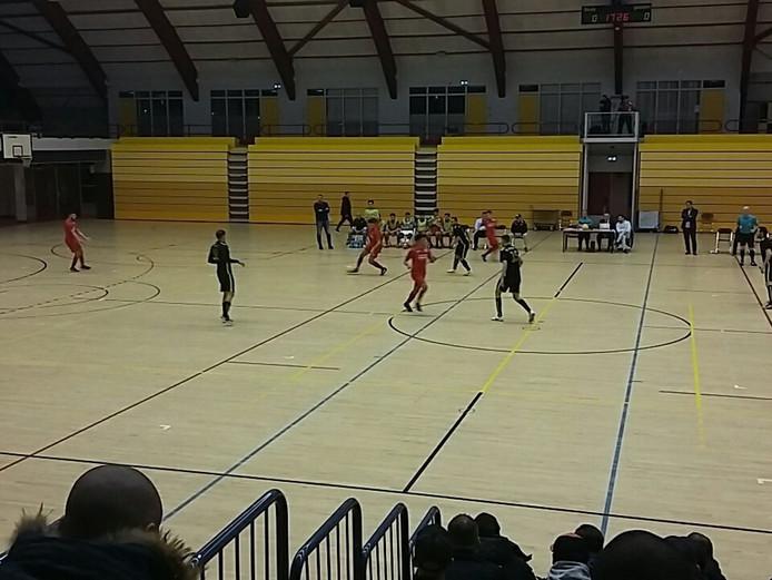 Spelbeeld van de wedstrijd tussen 't Knooppunt en Groene Ster (rode shirts).