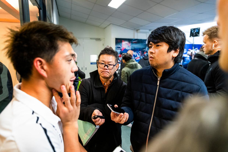 Drie Japanse Journalisten interviewen de Japanner Ritsu Doan na afloop in de mixed Zone. Beeld Jiri Büller
