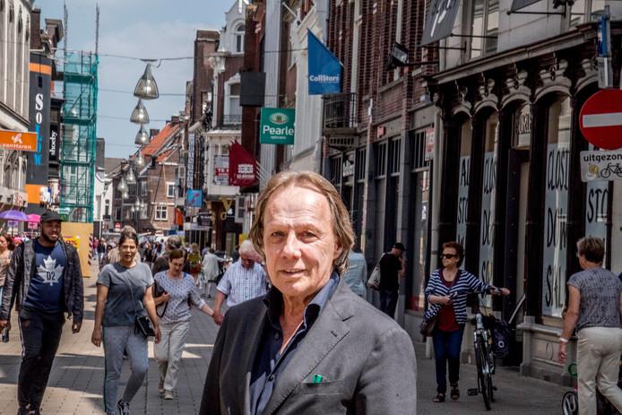 René Philipsen in de Heuvelstraat, op rechts Burley Moda in de uitverkoop.