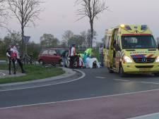 Wielrenner naar ziekenhuis, na aanrijding op rotonde bij Nijbroek