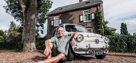 In Raymonds gedachten rijden opa en vader met hem mee in 'hun' Fiat 600