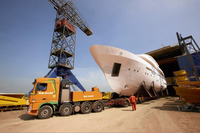 Een luxe jacht wordt de hal van Moonen Yachts in Groot-Ammers binnengereden.